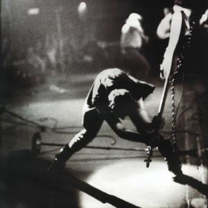 Paul Simonon rozbija gitarę