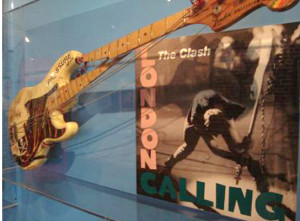 połamany Fender basisty The Clash