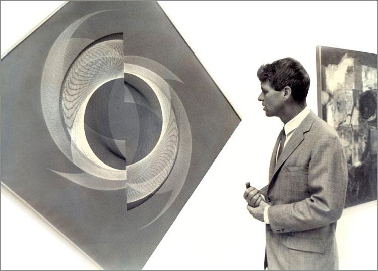 Robert Kennedy przed obrazem Eduardo Mac Entyre